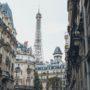 Immeubles à Paris avec la tour Eiffel derrière